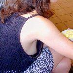 人妻熟女の無防備なノーブラ横乳おっぱい盗撮したチラリズムエロ画像