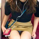 電車で無防備に座る人妻の対面パンチラ盗撮したチラリズムエロ画像流出!