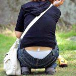 公園でしゃがむ子連れママのローライズパンチラ激写した盗撮エロ画像