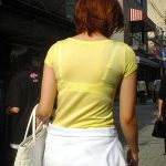 街中で透けブラしてる人妻熟女の背中を盗撮したスナップ下着エロ画像www