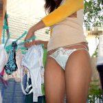 ベランダで洗濯物を干してる人妻熟女の油断した痴態を盗撮エロ画像
