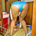下着姿で家事をする無防備な嫁さんを盗撮流出したった家庭内エロ画像www