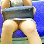 電車でパンチラして座る人妻熟女のデルタゾーン盗撮した対面エロ画像