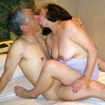 淫乱な人妻熟女が舌でベロベロ絡み合う濃厚ディープキス接吻エロ画像
