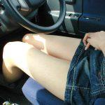 車内に座るミニスカート若妻のキレイな太股が堪らない美脚エロ画像