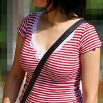 パイスラでおっぱい強調してる人妻熟女を盗撮した着衣巨乳エロ画像