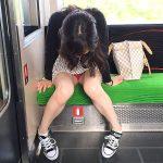電車でスマホ見たり居眠りする人妻熟女の三角ゾーンパンチラ盗撮エロ画像