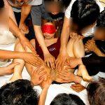 人妻熟女が乱交パーティで旦那以外の複数チンコに乱れる変態エロ画像www