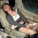 人妻熟女が車内でスリルと快感を同時に味わう野外露出オナニーエロ画像
