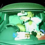 カーセックス中に襲撃されドタバタ慌てるリアクション面白エロ画像をご覧下さい。
