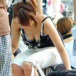 胸の谷間から乳首まで丸見えな人妻熟女の無防備な胸チラ盗撮エロ画像www