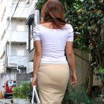 いい歳した人妻熟女がパンティライン透けてるタイトスカート尻エロ画像