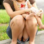 育児に夢中な子持ちママの無防備なパンチラ激写した盗撮チラリズムエロ画像