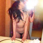 ラブホのベッドと鏡の前で不倫行為を記念撮影してる自撮りハメ撮りエロ画像