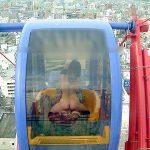 電車内や観覧車の中で過激な露出をして楽しむ人妻熟女の野外エロ画像