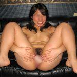 M字開脚で熟したマンコを大胆に晒してる人妻熟女のくぱあエロ画像
