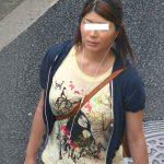 着衣巨乳でパイスラおっぱい食い込み強調する人妻熟女を盗撮エロ画像
