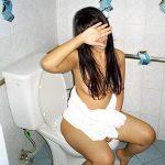 便所で用を足す人妻熟女の痴態をエロ写メ流出したハプニングエロ画像