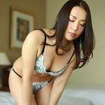 お盛んな美人妻が服を脱いで下着姿でセックスを求める性生活エロ画像