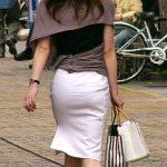 ムッチリ人妻熟女の透けパンしてるタイトスカートお尻を街撮りエロ画像