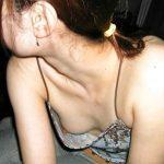 ノーブラ生活する人妻熟女のチラリと見える乳首盗撮した胸チラエロ画像