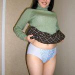 人妻熟女がスカートまくり上げてパンティ見せてる下着露出エロ画像