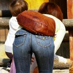 ヒップライン強調してる人妻熟女のGパン尻を街撮りした着衣尻エロ画像