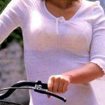 街を歩く人妻熟女の衣服から破廉恥な透けブラ隠し撮りした下着エロ画像