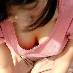 人妻熟女の胸元から巨乳から貧乳まで露になった胸チラを盗撮エロ画像
