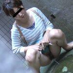 尿意が我慢できず隠れて野ションする人妻熟女を盗撮した放尿エロ画像
