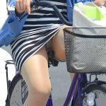自転車に乗ってるミニスカ人妻熟女の正面から座りパンチラを盗撮エロ画像