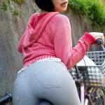 自転車のサドルに座ってる人妻熟女のムッチリしたお尻を盗撮エロ画像